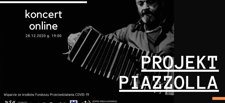 """W centrum czarnobiałe zdjęcie mężczyzny grającego na akordeonie. Z lewej napis """"koncert online"""". Z prawej """"PROJEKT PIAZZOLLA""""."""